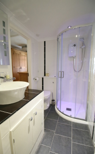 Shower cubicle with wall mounted shower unit